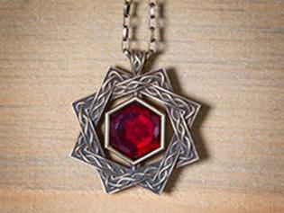 Красный кристалл амулета Аркея имеет ширину 2 дюйма, цена амулета $95.